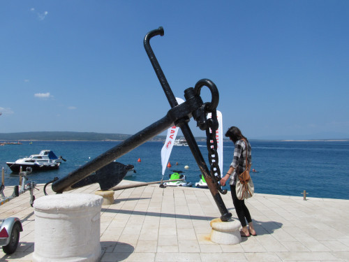 Ship anchor in front of the restaurant's entrance